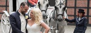 Hochzeitspaar vor Pferdekutsche bei einer Hochzeit in Bremen