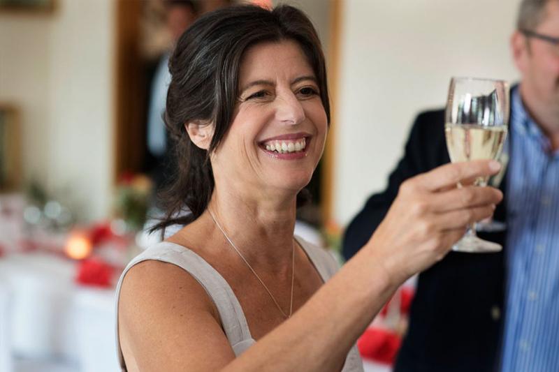 Hochzeitsfeier mit glücklicher Braut in Hannover