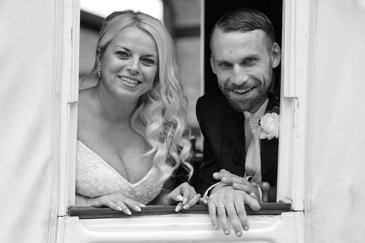 Ein glückliches Ehepaar bei der Hochzeit in Bremen